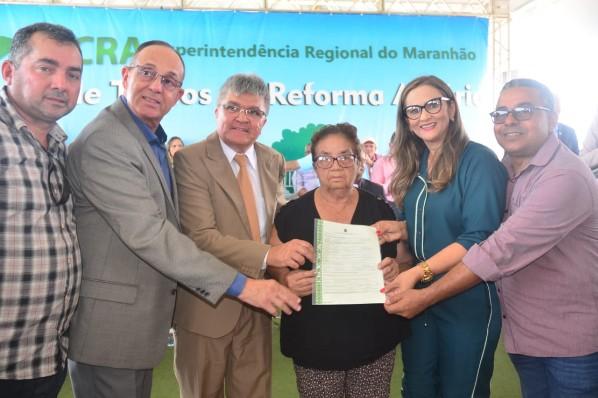 """Beneficiários da reforma agrária de Amarante recebem """"Títulos Definitivos"""" que asseguram a posse de suas terras"""