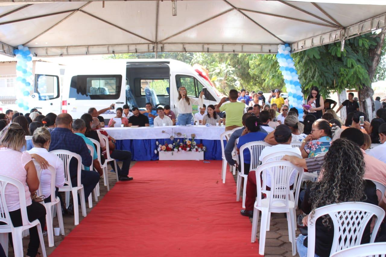 Prefeitura realiza entrega de van 0 km para reforçar trabalhos do Programa Bolsa Família em Amarante