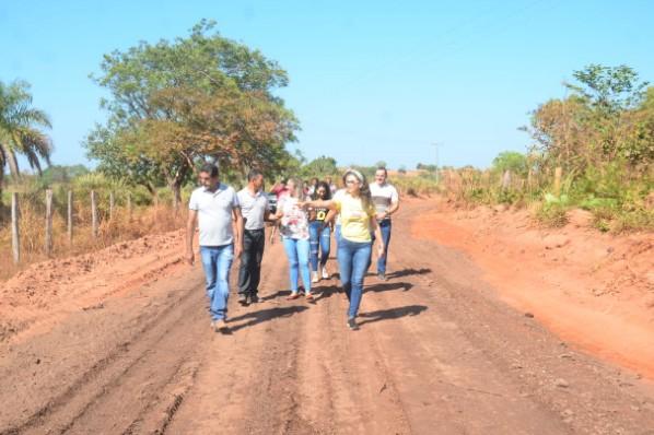 Prefeita Joice Marinho vistoria obra em andamento na estrada do povoado Campo Formoso