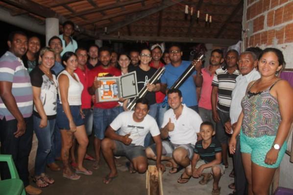 Prefeitura de Amarante atende moradores do bairro Parque das Palmeiras e entrega bomba para poço da localidade